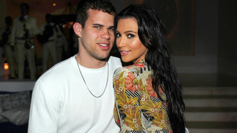 GIFTER SEG: TV-kjendisen Kim Kardashian skal gifte seg med basketballstjernen Kris Humphries (t.v) i august. Det er ekskjæresten hennes svært lite begeistret for. Her er turtelduene avbildet sammen på 32-årsfesten til Kims søster, Kourtney Kardashian Foto: All Over Press