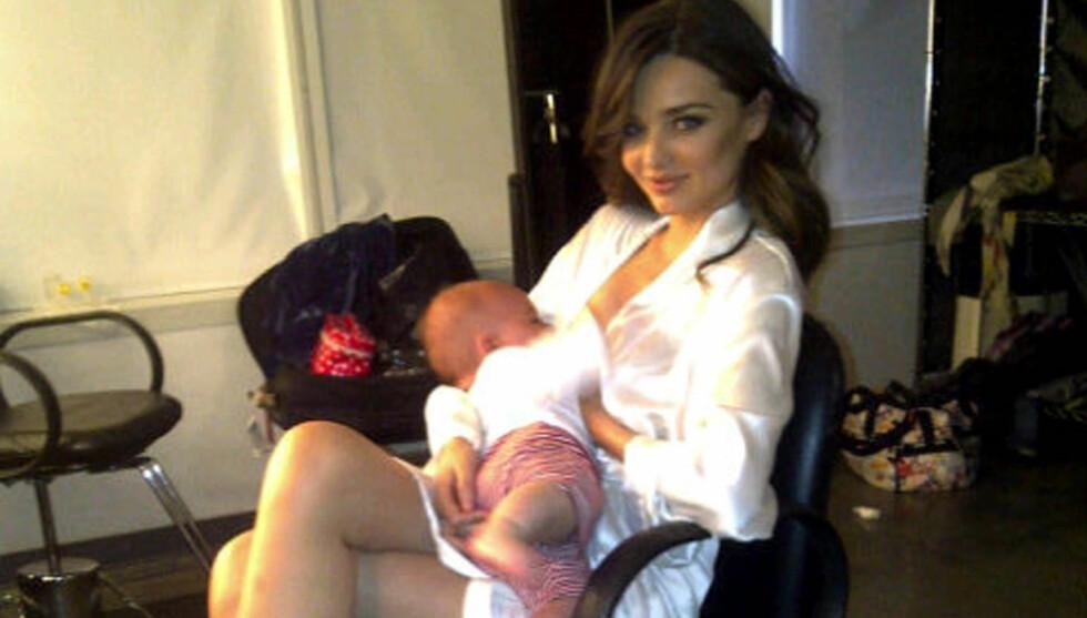 <strong>PUMER BRYSTMELK:</strong> Supermodellen Miranda Kerr må pumpe brystmelk på jobb, og sier at hun føler seg som en melkeku. Her med sønnen Flynn (7 måneder). Foto: Stella Pictures