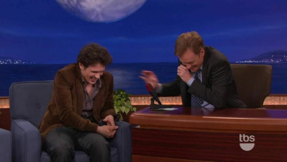BRØT UT I LATTER: Hverken programleder Conan O' Brien eller James Franco klarte å holde latteren tilbake, da sistnevnte fortalte om sitt forsøk på å spille inn en hjemmelaget sex-film med eks-kjæresten. Foto: All Over Press