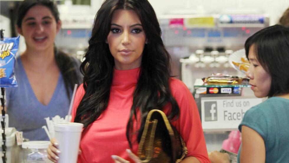 <strong>GLAD I MAT:</strong> Kim Kardashian innrømmer gjerne at hun er svært glad i mat - med unnatk av erter! Her har hun nettopp kjøpt seg take away-mat tidligere denne uken. Foto: All Over Press