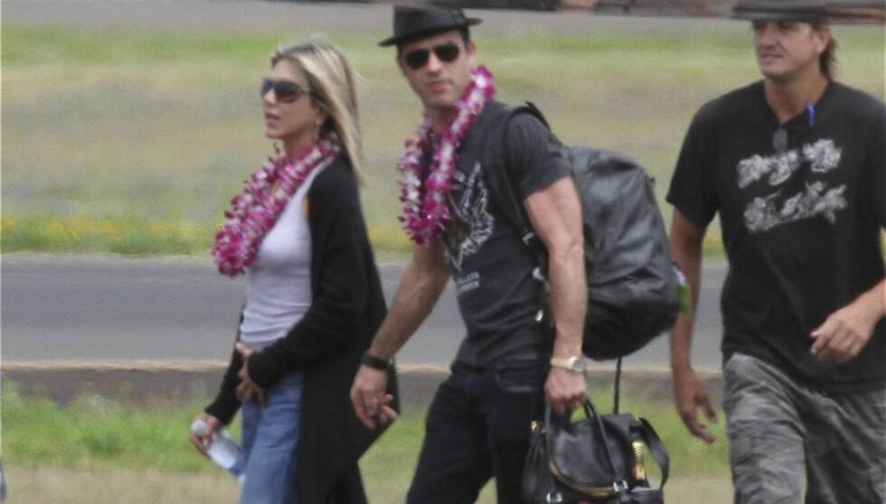 HAWAII: Paret hadde allerede ved ankomst fått på seg de karakteristiske Hawaiibåndene rundt halsen - klare for festlighetene. Foto: All Over Press