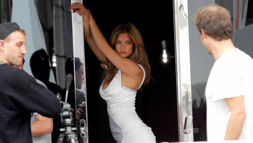 VELDREID: Bar Rafaeli er kjent for sine sexy poseringer, men innrømmer at ikke alt kommer naturlig.  Foto: All Over Press