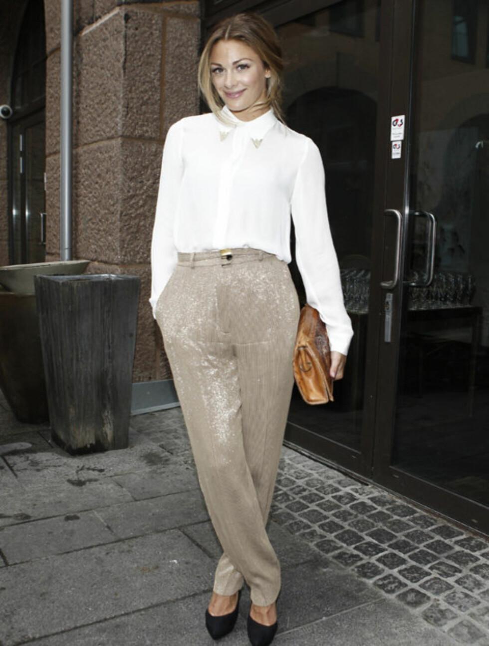 STILIG: Jenny Skavlan ankom OFW-åpningen i vintagebukse og -veske, samt morsom bluse fra Zara. Hun mener at mote-Norge nå kan gå videre etter terrorangrepene, etter at både sports- og musikkbransjen har gjort det.  Foto: Stella Pictures