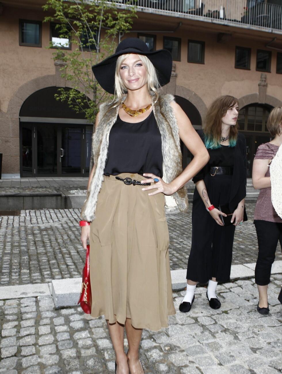 MÅ KOMME SEG VIDERE: Programleder og modell Katrine Sørland sier til Seher.no at hun har vansker med å ikke tenke på terrorangrepene. Hun understreker at samhold og ettertanke er viktig, men innrømmer at det er deilig å se folk smile igjen.  Foto: Stella Pictures