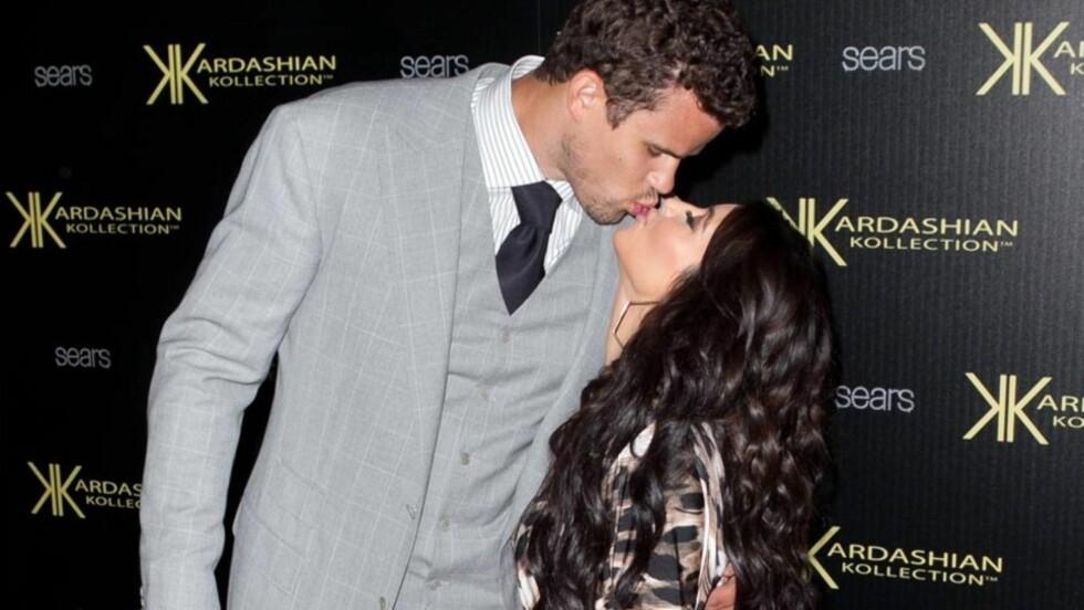 ENDELIG GIFT: Kim Kardashian har lenge vært klar for ekteskap og barn. Lørdag fikk hun endelig sin kjære Kris Humphries, i en overdådig seremoni i California. Her er turtelduene avbildet på lanseringsfesten til The Kardashian Kollection i Hollywood,  Foto: All Over Press