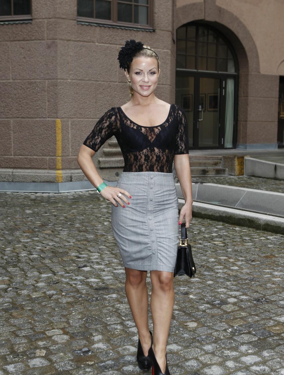 STILIG: Lene Alexandra Øien gikk for et klassisk antrekk under tirsdagens åpning av Oslo Fashion Week.  Foto: Stella Pictures