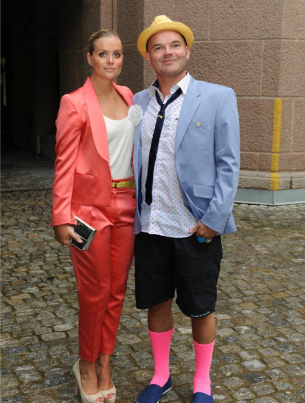 FESTLIG: Moods Of Norway-gründer Simen Staalnacke og hans Anne Berit Valla ankom åpningen i fargerike plagg fra Moods.  Foto: Stella Pictures