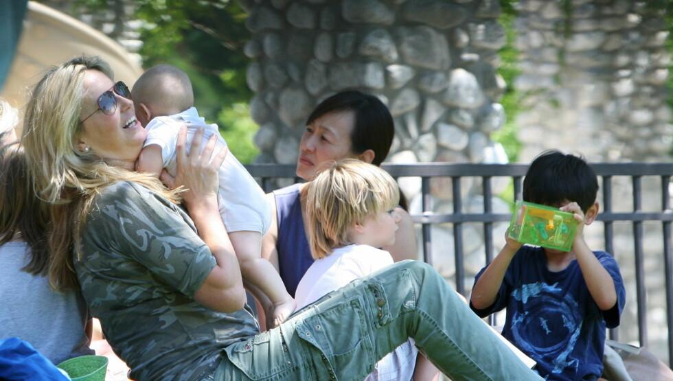 <strong>NYTER LIVET SOM SMÅBARNSMOR:</strong> Penny Lancaster la ikke skjul på at hun stortrives med sin lille sønn Aiden, da de to lekte sammen i en parik i Beverly Hills søndag. Foto: All Over Press