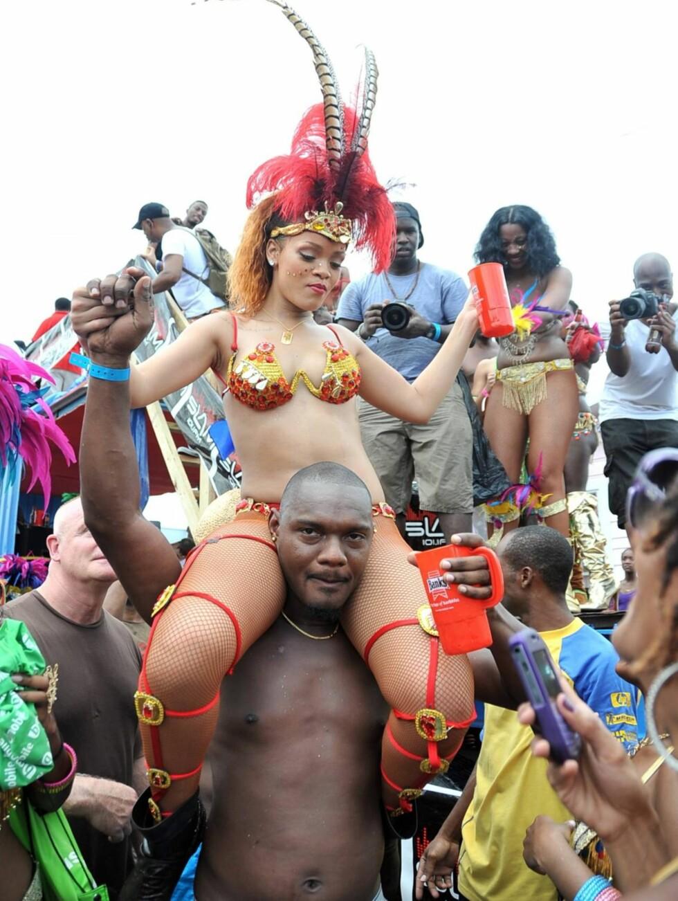 FEST: Rihanna hadde ikke noe imot å feste med lokalbefolkningen.  Foto: All Over Press