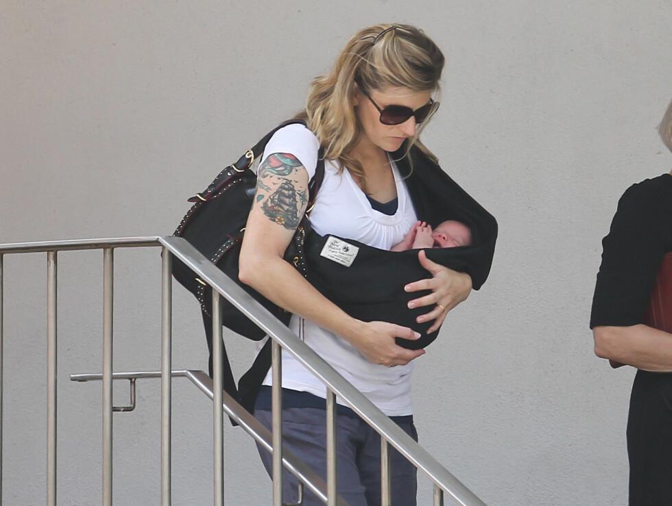<strong>BABYLYKKE:</strong> Her er det første bildet av filmstjernen Ethan Hawkes nye baby. Hawkes kone Ryan bærer parets andre datter Indiana (2 uker) på armen på vei til en familielunsj i New York søndag. Foto: Stella Pictures