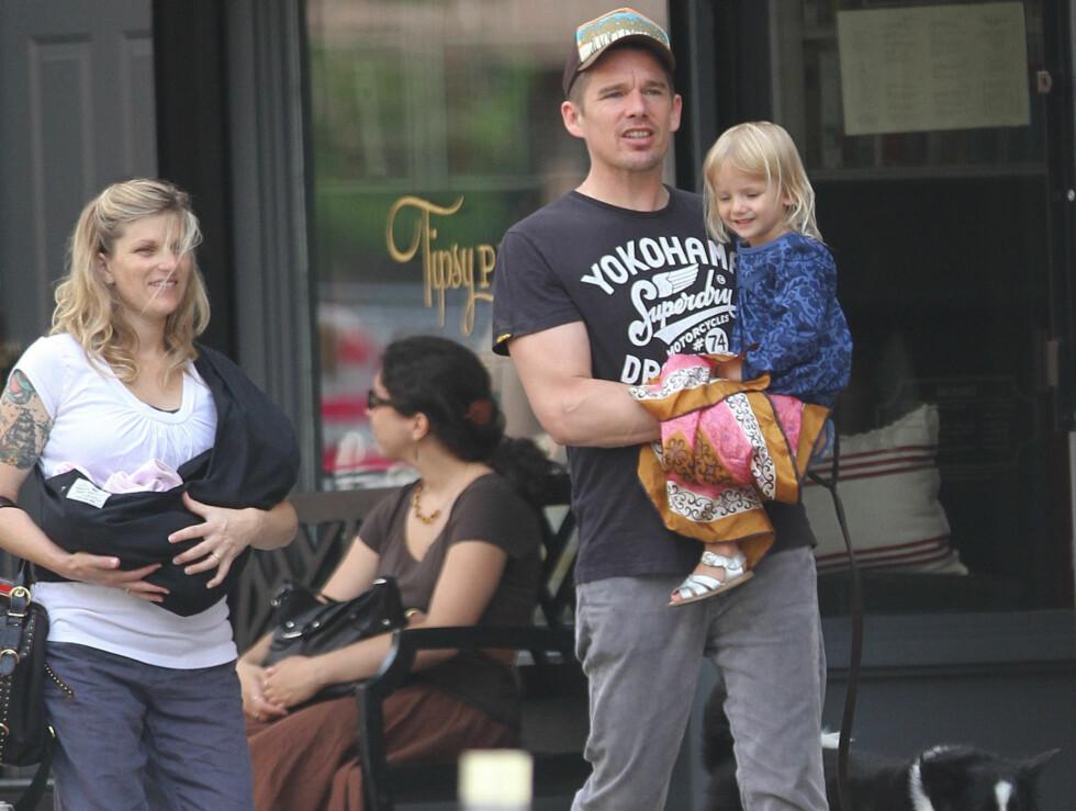 <strong>FAMILIEFAR:</strong> Ethan Hawke er pappa til fire. På armen bærer han datteren Clementine (3). Fra ekteskapet med Uma Thurman har han datteren Maya (13) og sønnen Levon (9). Foto: Stella Pictures