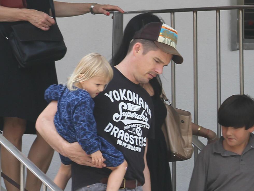 <strong>VIKTIG:</strong> Ethan Hawke tar familien svært seriøst, og har uttalt at pappa-rollen er den viktigste rollen i sitt liv. Foto: Stella Pictures