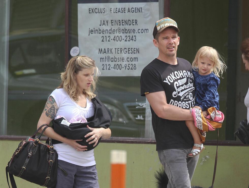<strong>UTE PÅ BYEN:</strong> Ethan Hawke har tatt med seg familien på flere lunsjer i New York etter at kona fødte deres andre datter for to uker siden. Foto: Stella Pictures