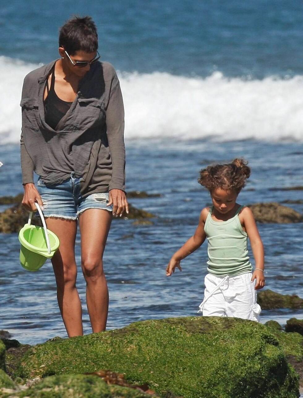 <strong>DEILIG:</strong> Halle Berry nyter sommerstranden med datteren. Foto: All Over Press
