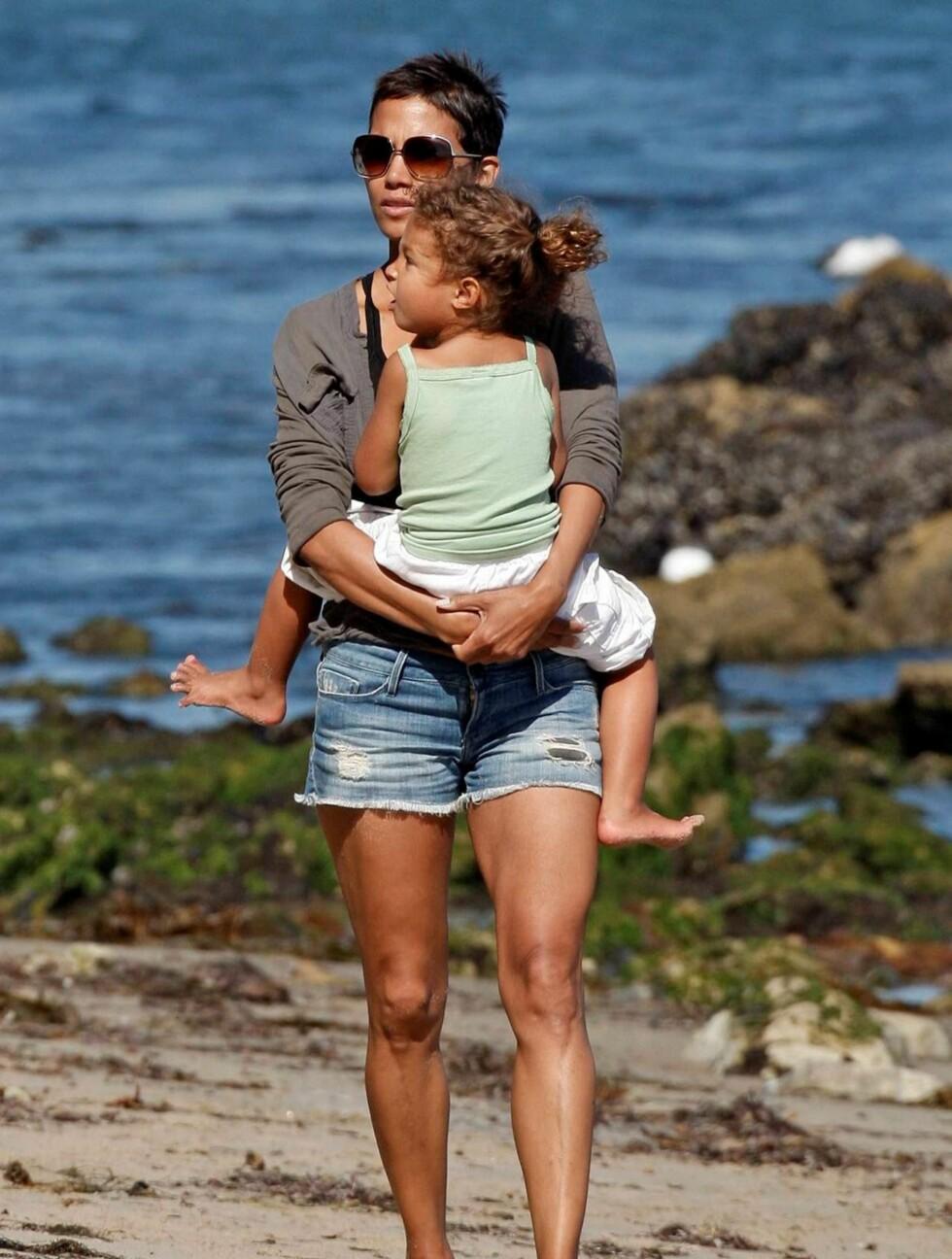 <strong>STRANDKOS:</strong> Halle Berry og datteren Nahla (3) koste seg på stranden i Malibu, California.  Foto: All Over Press