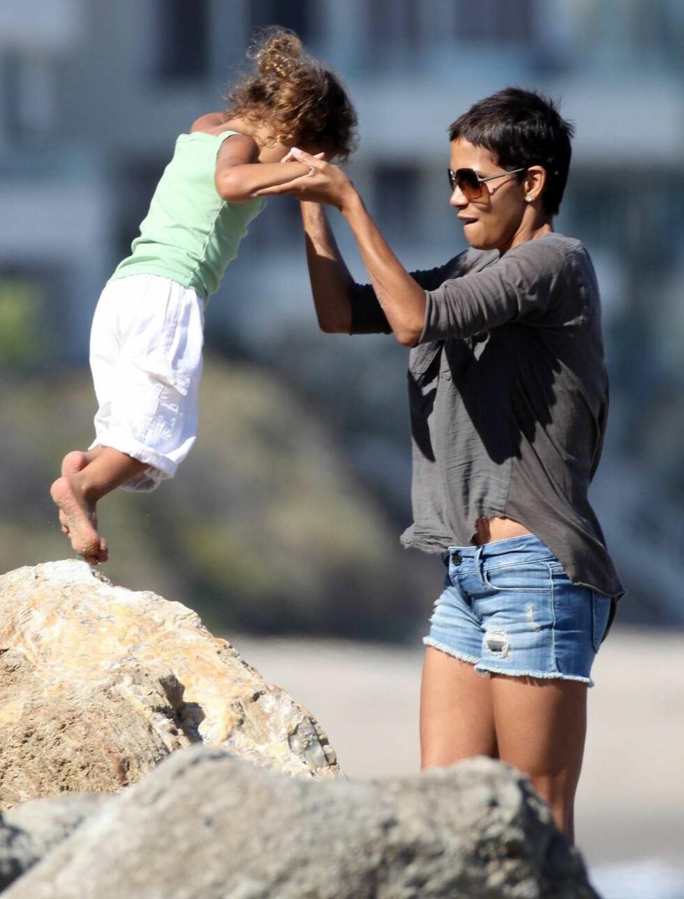 <strong>LEK:</strong> Halle Berry og datteren Nahla på stranden i Malibu, California.  Foto: All Over Press