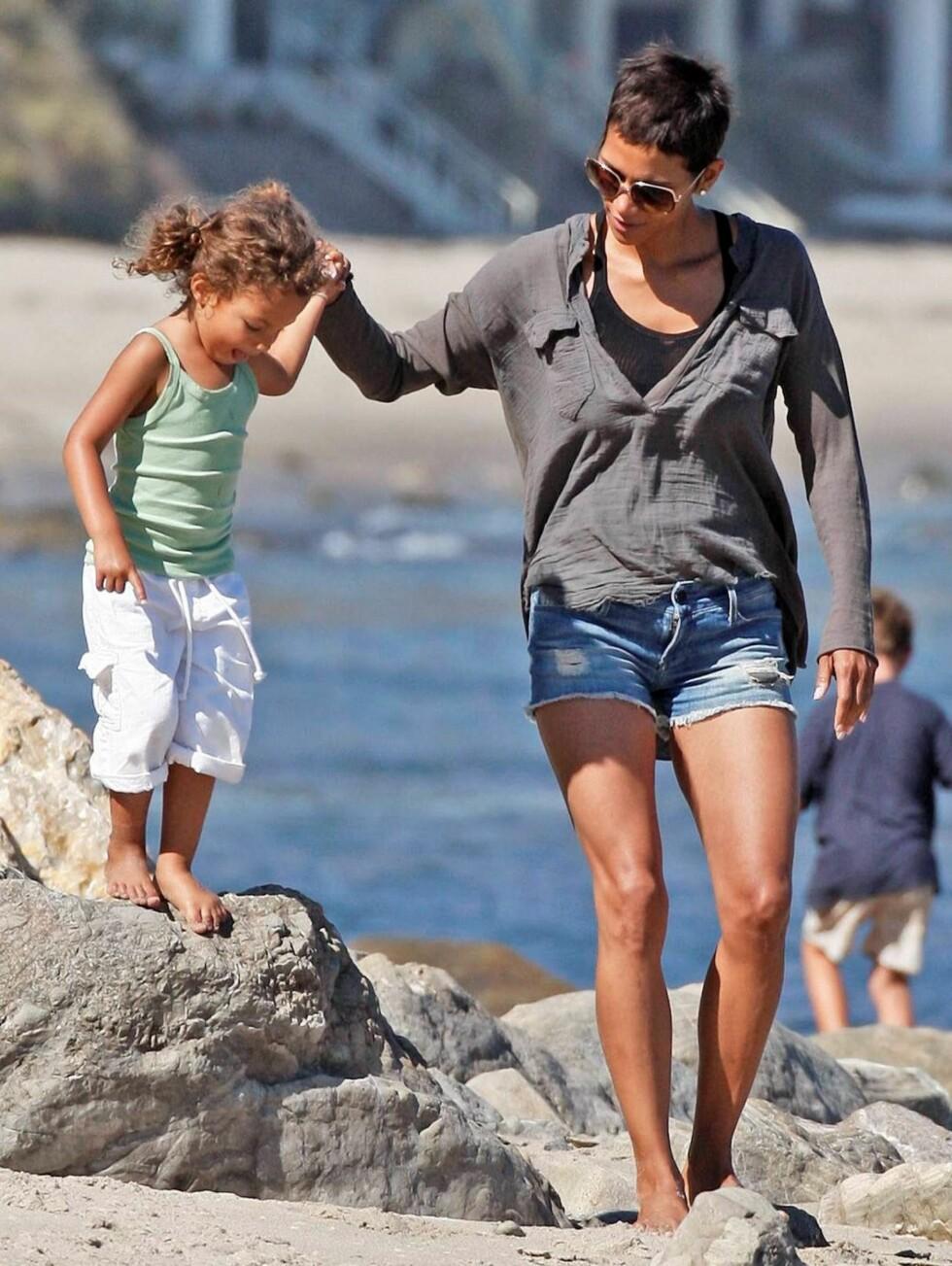 <strong>MALIBU:</strong> Halle Berry og datteren Nahla på stranden i California.  Foto: All Over Press