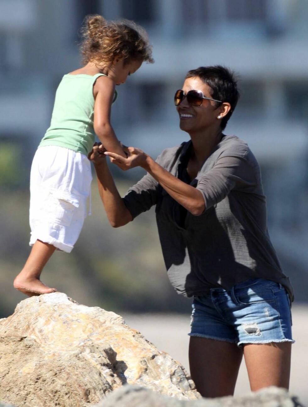 <strong>SMILER:</strong> Sol og sommer gjør godt for mor og datter. Foto: All Over Press