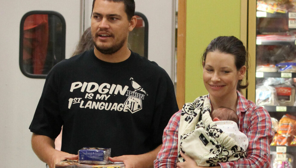 NYBAKT FAMILIE: Evangeline Lilly og kjæresten Norman Kali ble i mai foreldre første gang. Kort tid etter tok de med sønnen til et kjøpesenter i Hawaii. Foto: All Over Press