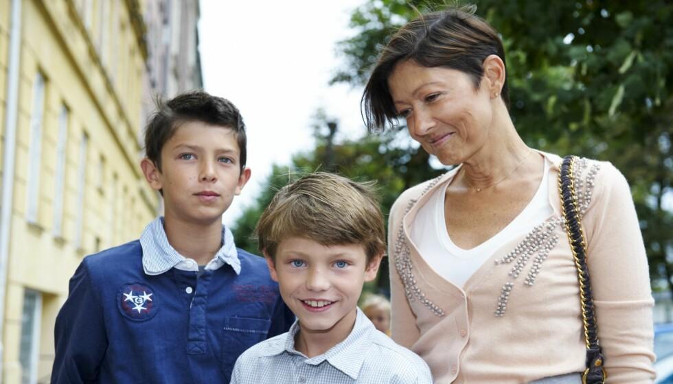 NYTT SKOLEÅR: De danske prinsene Nikolai og Felix ble fulgt av sin mor, grevinne Alexandra, da de mandag startet i henholdsvis 3. og 6. klasse på Krebs skole i København. Foto: Stella Pictures