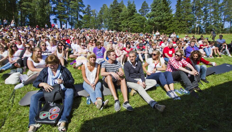 SAMMENLIGNES: Bildet er tatt på Utøya da utenriksminister Jonas Gahr Støre (i midten) besøkte AUFs sommerleir på Utøya for noen år tilbake.  Foto: Scanpix