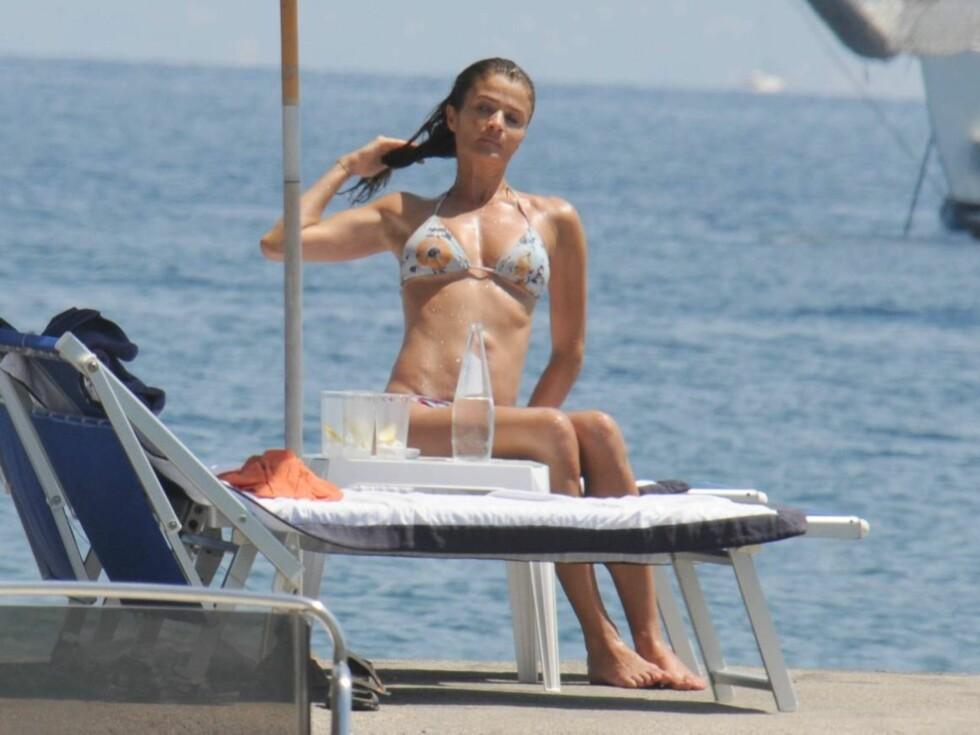 FERIETID: Den 42 år gamle skjønnheten ser ut til å kose seg på øya Ischia. Foto: All Over Press