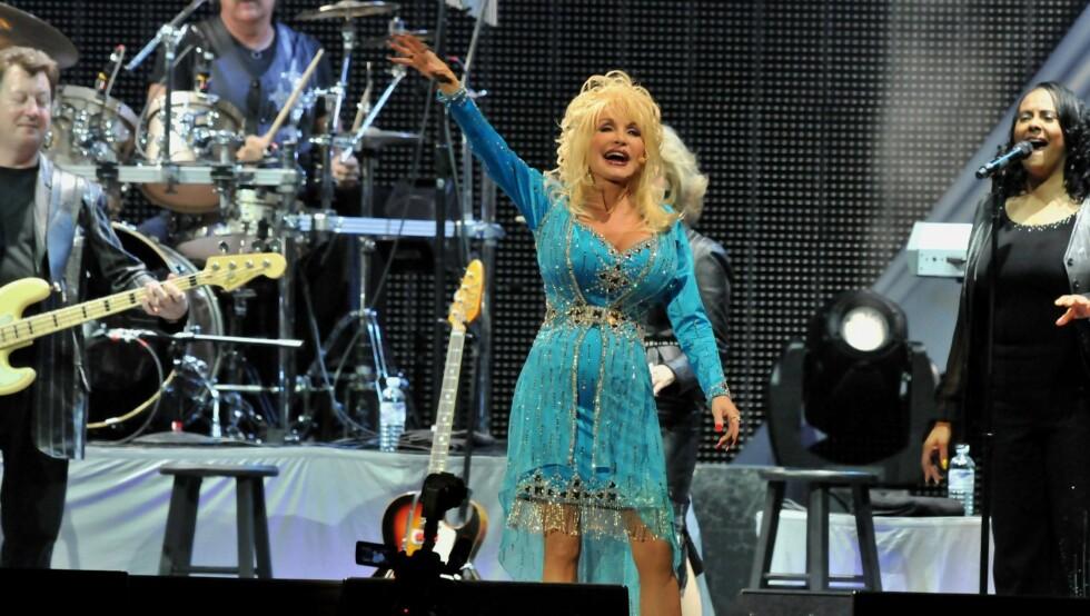 IKKE SCENESKREKK: Den verdenskjente sangerinnen Dolly Parton planlegger å dø på scenen. Her er den spreke 65-åringen avbildet under en konsert i 2008.  Foto: Stella Pictures