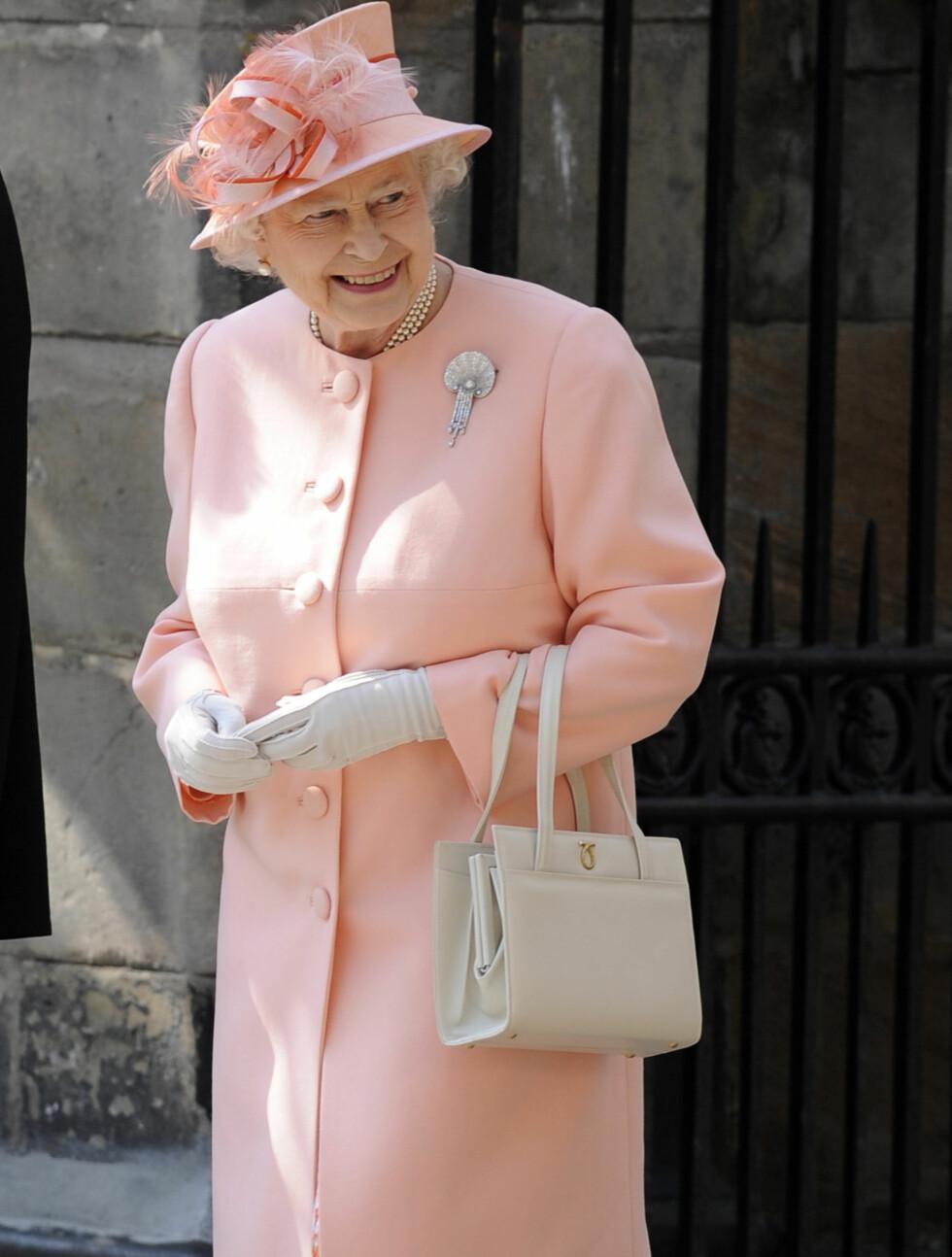 STOLT BESTEMOR: Dronning Elizabeth så barnebarnet gifte seg. Foto: Reuters