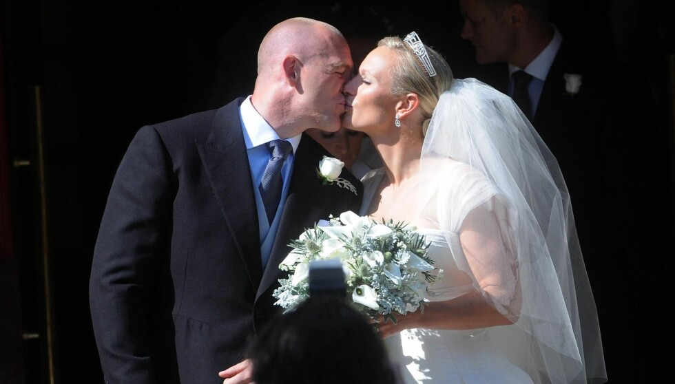 BRYLLUPSKYSSET: Mike Tindall og Zara Phillips kysset etter at seremonien var ferdig. Foto: Reuters
