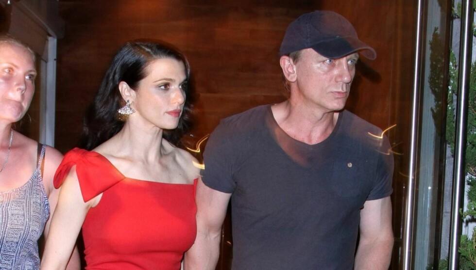 <strong>VISTE SEG OFFENTLIG:</strong> Det nygifte stjerneparet Daniel Craig og Rachel Weisz viser sin kjærlighet offentlig for første gang under visningen av hennes nye film i New York. Foto: All Over Press