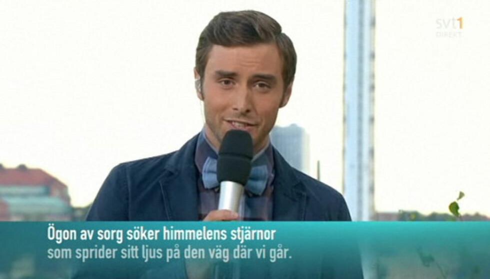 <strong>MINTES OFRENE:</strong> Programleder for «Allsang på Skansen», Måns Zelmerlöw, innledet tirsdagens sending med en sang dedikert til Norge.  Foto: SVT