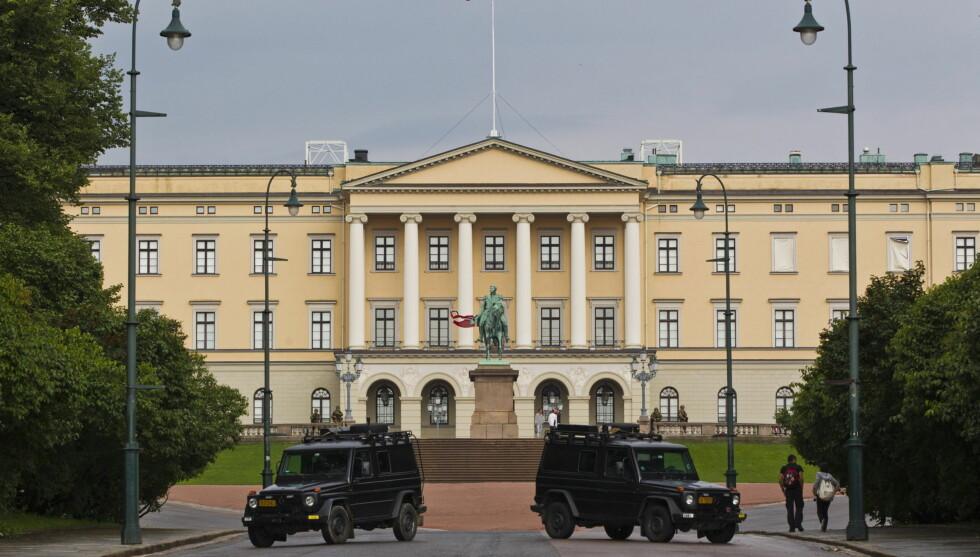 <strong>ÅPNER SLOTTET:</strong>  Skjerpet vakthold foran Slottet i Oslo lørdag, etter bombeeksplosjonen som rammet regjeringskvartalet fredag. Etter å ha vært stengt i tre dager, åpner Slottet dørene for publikum tirsdag. Foto: Scanpix
