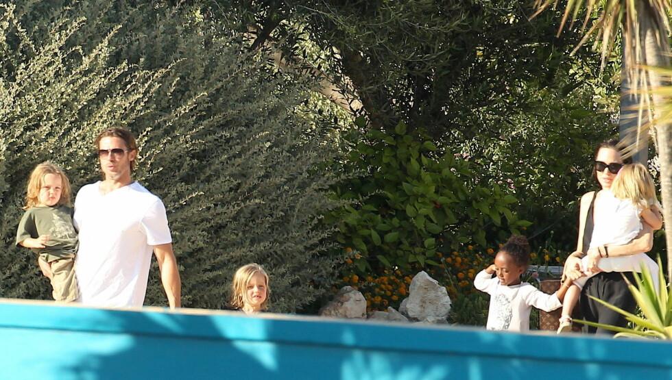 <strong>VEKKER OPPSIKT:</strong> Uansett hvor Brad Pitt, Angelina Jolie og barna ferdes blir det stor oppstandelse.  Foto: All Over Press