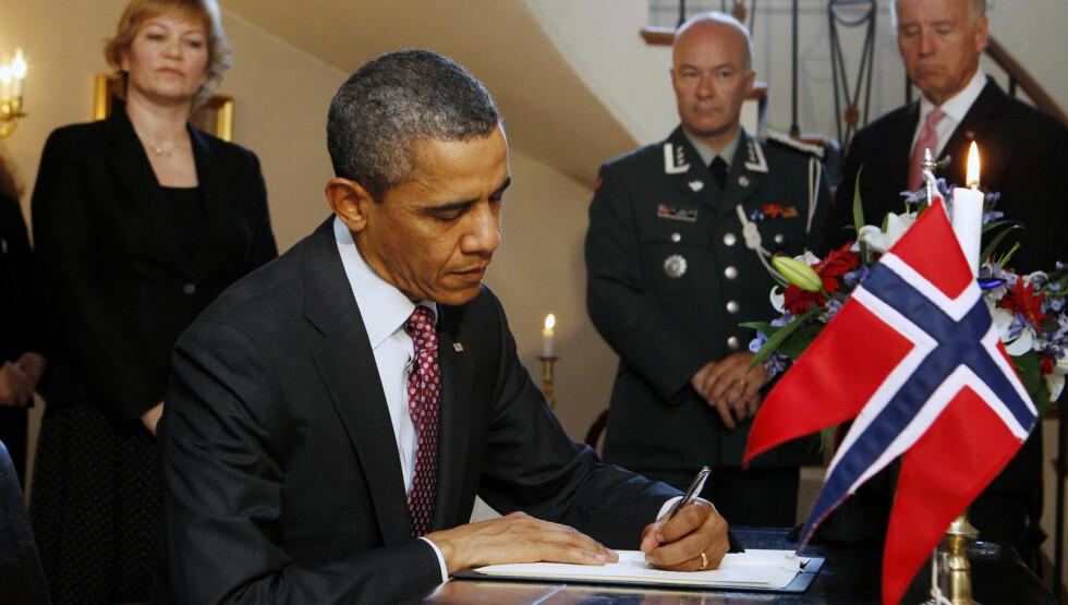 KOM UANMELDT: Her signerer presidenten kondolanseprotokollen. Foto: SCANPIX