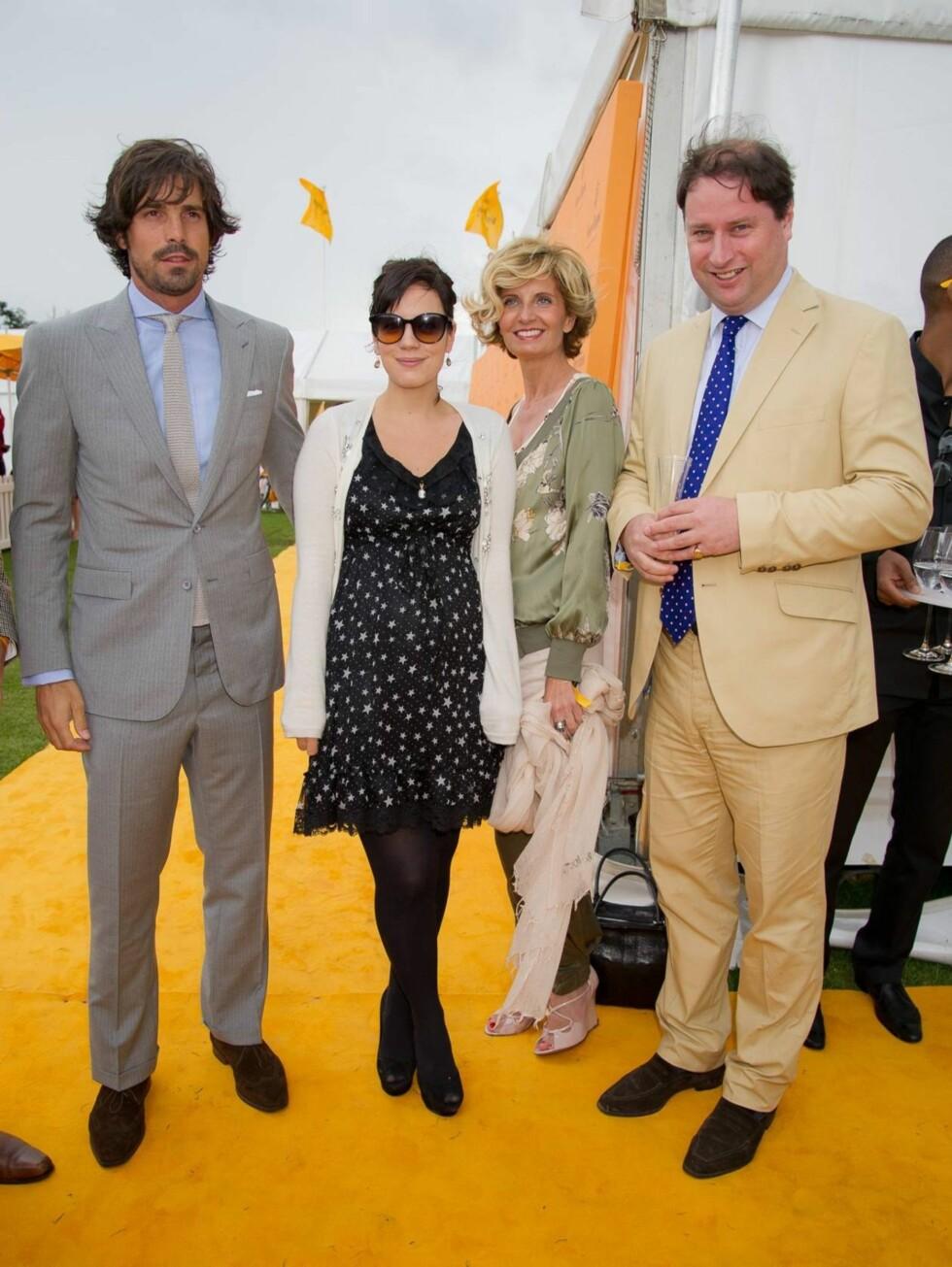 KOSTE SEG SAMMEN: Lily Allen, Sabina Belli og Jo Thornton var alle på plass på Cowdray Park Polo Club 17. juli. Foto: All Over Press