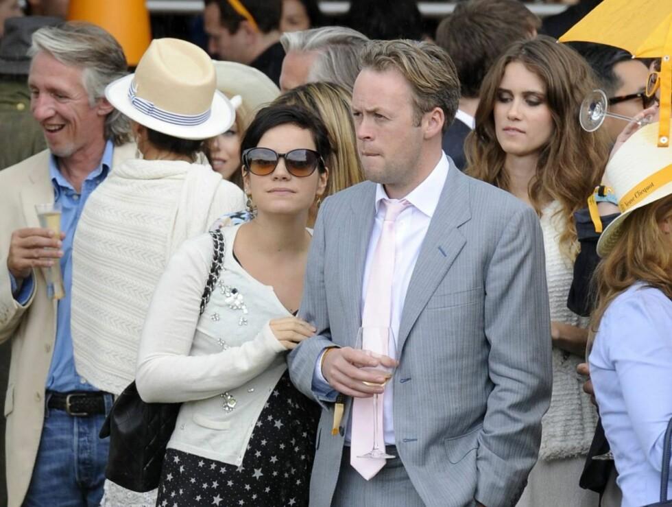 FORELSKET: Lykkelige Lily Allen og ektemannen Sam Cooper gleder seg til å bli foreldre. Foto: All Over Press