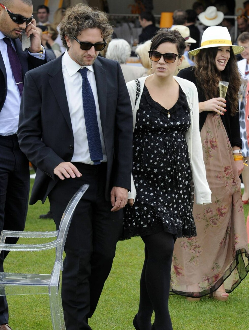 UMULIG Å SKJULE: Det var i sitt eget bryllup i juni at Lily Allen ikke lenger klarte å skjule graviditeten. Nå prøver hun heller ikke å legge skjul på at hun venter barn. Foto: All Over Press