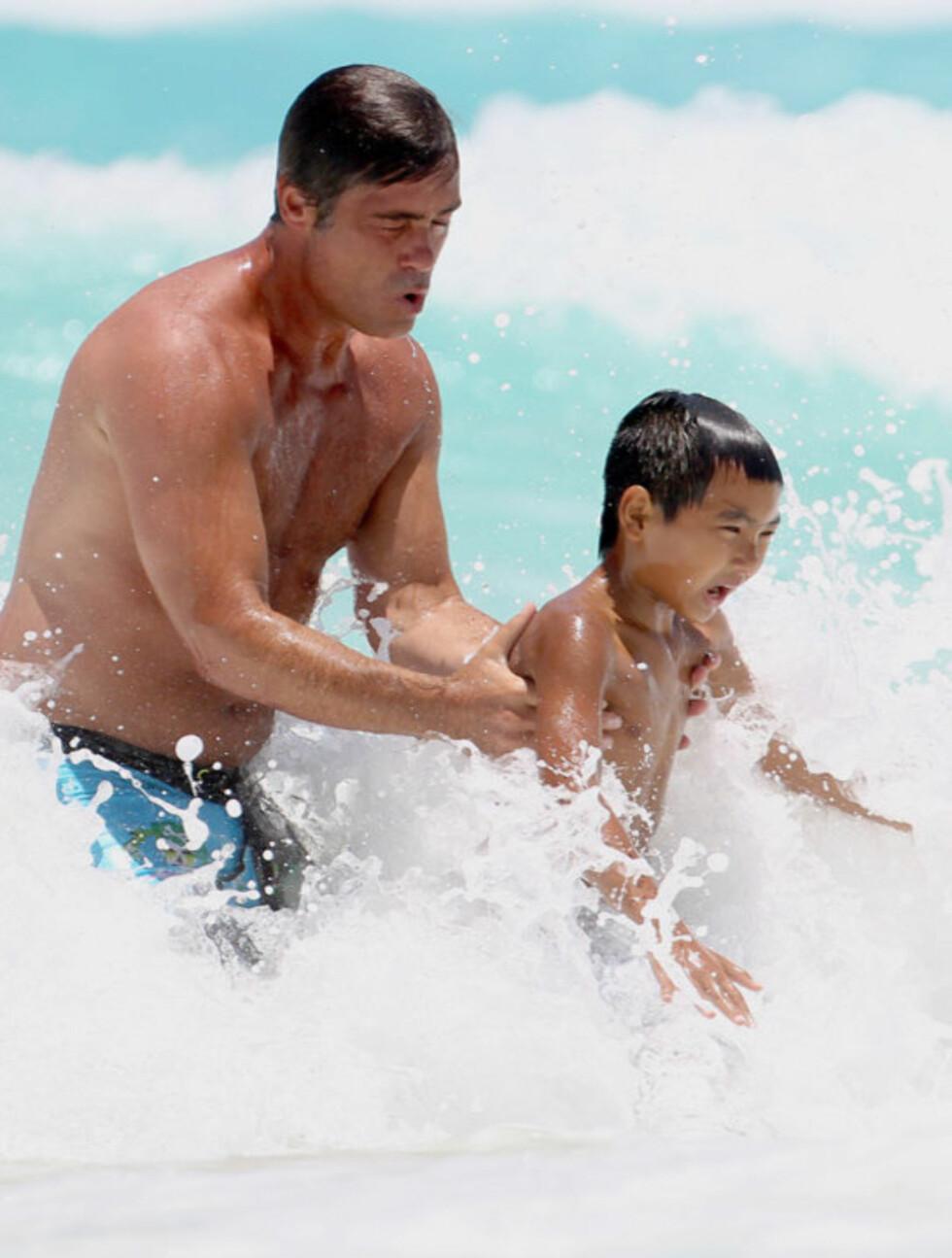 <strong>MORO:</strong> Brad Pitt yngre bror Doug (t.v) passet godt på brorens eldstesønn Maddox da de lekte i Mexicos bølger i helgen.  Foto: Stella  Pictures