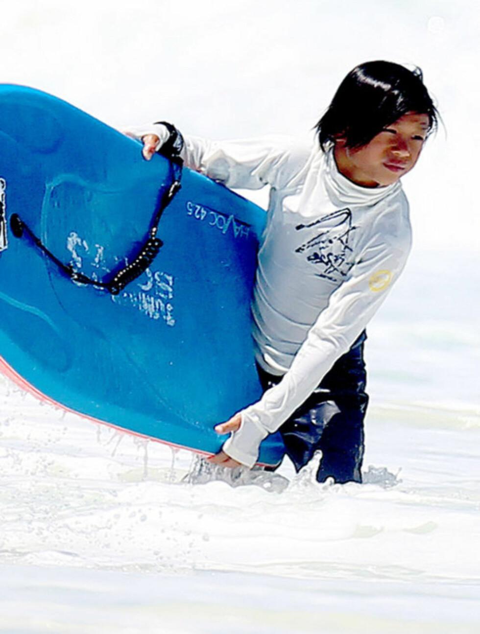 <strong>SURFET:</strong> Brad og Angelinas syv år gamle adoptivsønn Pax var iført proft surfeutstyr på strandturen i Cancun.  Foto: Stella  Pictures