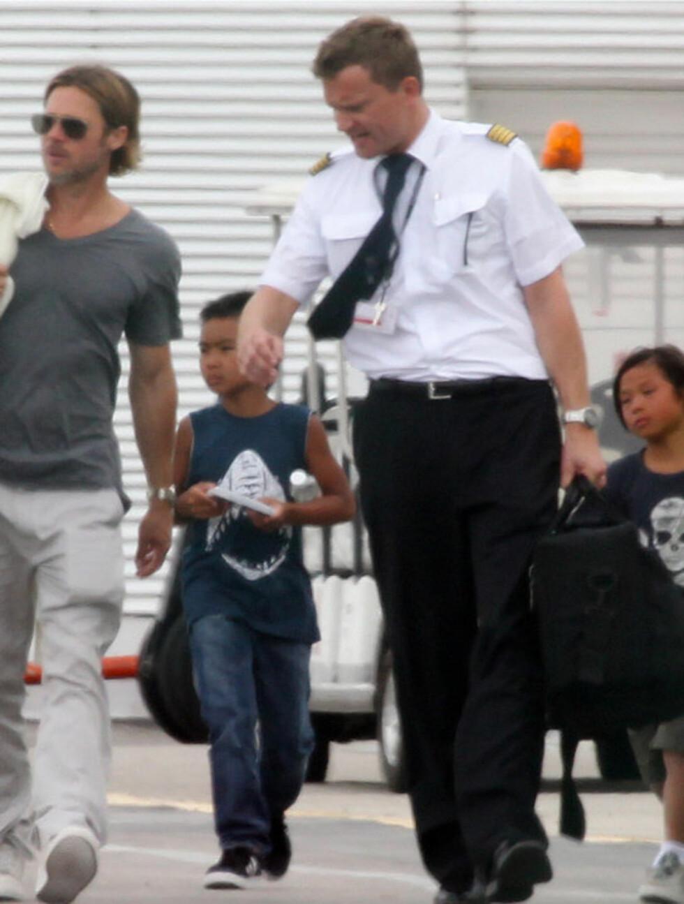 <strong>HVOR ER BROREN?:</strong> Da Brad Pitt (t.v), Maddox og Pax (ytterst til høyre) forlot Cancun mandag, var imidlertid Doug Pitt ikke å se.  Foto: Stella  Pictures
