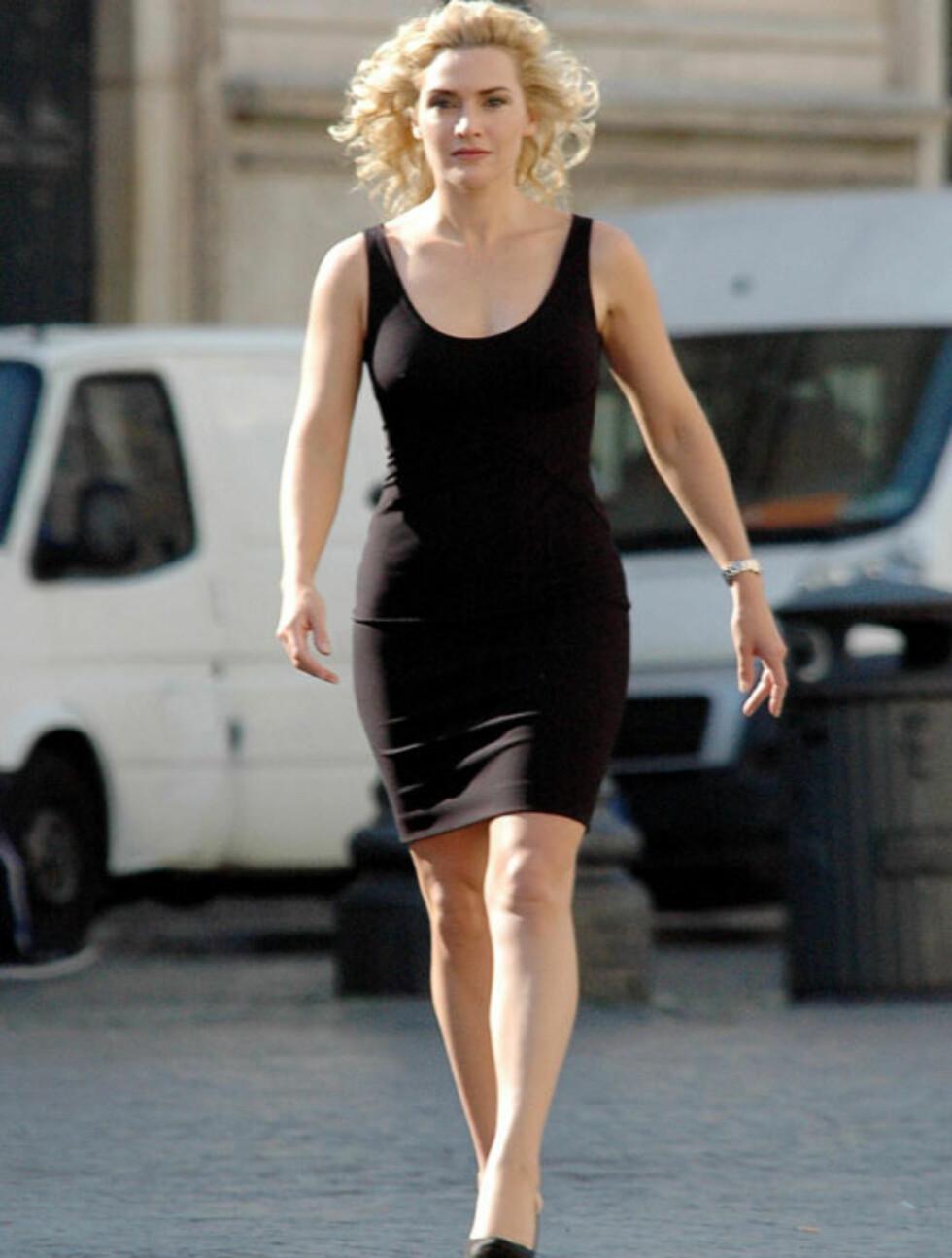 VAREMERKE: Det faktum at Kate Winslet blir kledd opp i sort for reklamejobber også, vitner nok om at sort er i ferd med å bli et effektfullt varemerke for skjønnheten. Her avbildet på settet til en reklame for klokkemerket Longines i Roma i fjor somme Foto: Stella  Pictures