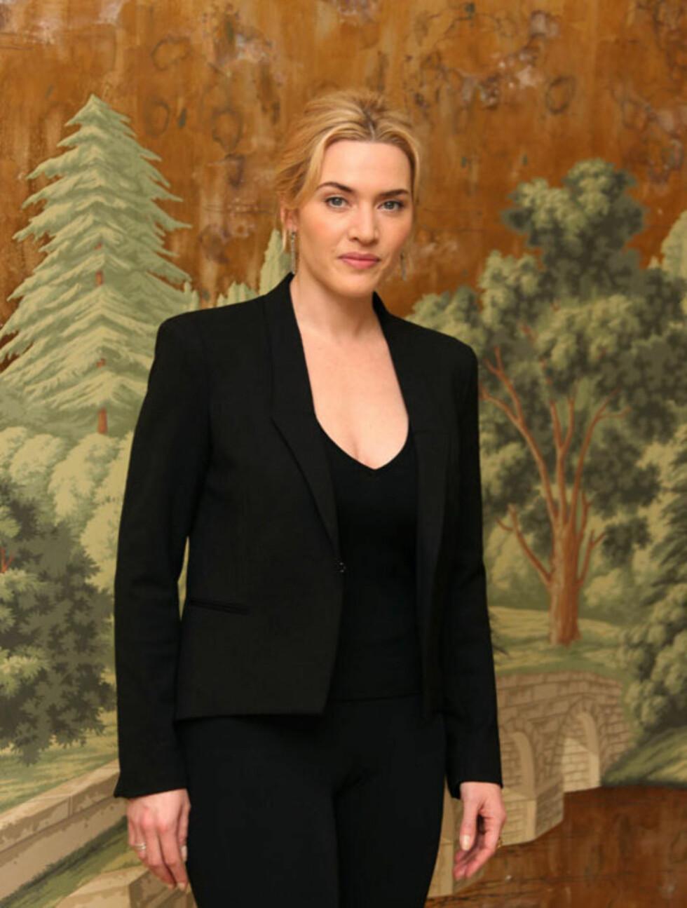 PROFF: Kate Winslet ser elegant og profesjonell ut i denne helsorte drakten på en spørsmålsrunde for filmen «Mildred Pierce» i New York i mars.  Foto: Stella  Pictures
