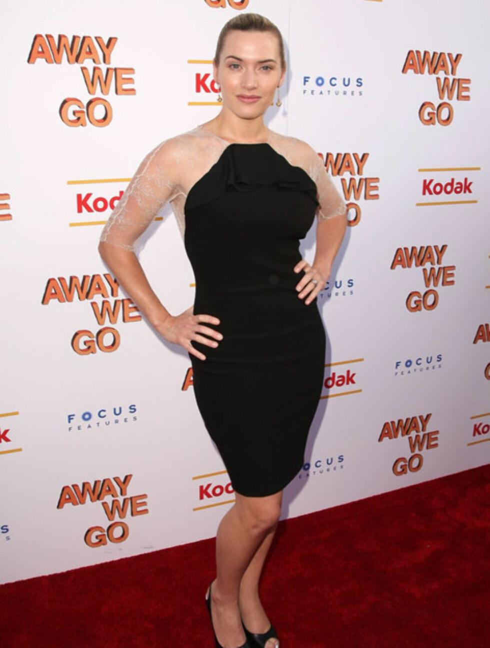 SMART: Kate Winslet bryter opp det strenge, helsorte antrekket med sarte ermer i lyst blondestoff. Her på en visning av «Away We Go» i New York i juni 2009.  Foto: All Over Press