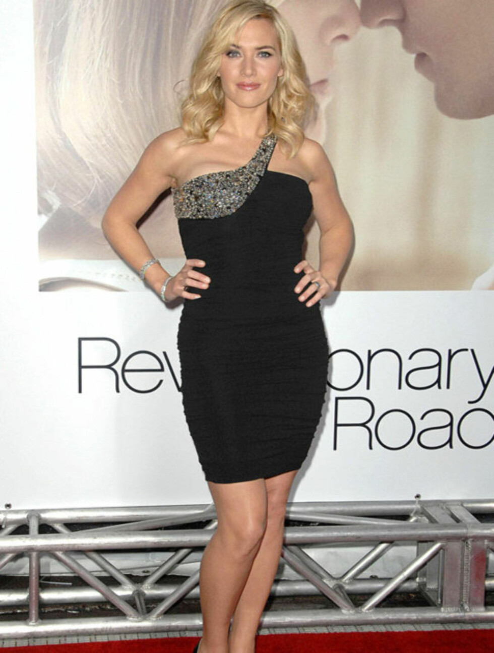 LEKKER: Kate Winslet fremhever sine fine trekk og flotte figur i denne Balmain-kjolen. De glitrende detaljene gjør kjolen mer feststemt. Her på «Revolutionary Road»-verdenspremieren i Westwood i desmeber 2008.   Foto: All Over Press