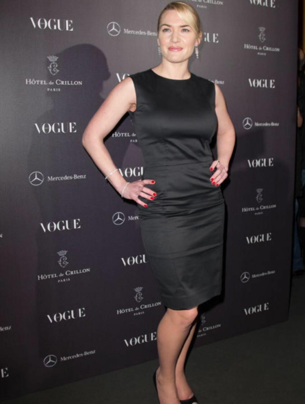 STILSIKKER: Kate Winslet går definitivt for filosofien «less is more» - kun diskrete smykker og røde negler gjør henne elegant til fingerspissene... Her på en Vouge-fest i Paris i mars.  Foto: All Over Press