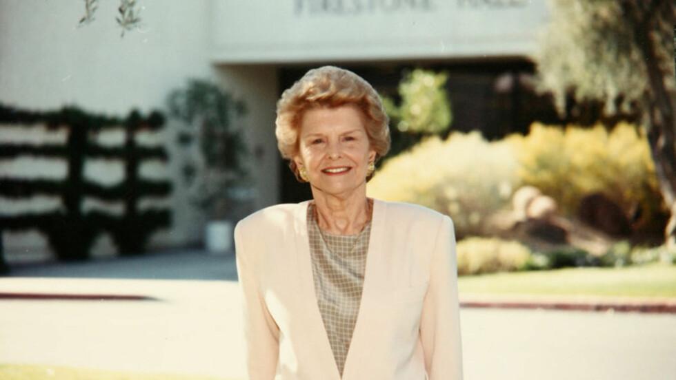<strong>GIKK BORT:</strong> Leder og med-grunnlegger av Betty Ford Center, Betty Ford, døde fredag 93 år gammel. Her er den tidligere presidentfruen avbildet utenfor senteret i 1990. Det var hennes egen kamp mot avhengighet som førte til grunnleggelsen av den verdenskj Foto: Reuters/ Scanpix