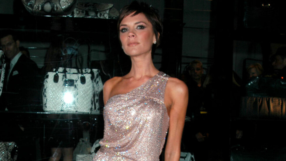 ELEGANT: Victoria Beckham viser seg så godt som aldri offentlig uten høye hæler og et elegant sammensatt antrekk. Her poserer hun vant under åpningen av en Armani-butikk i New York i 2009.  Foto: Stella  Pictures