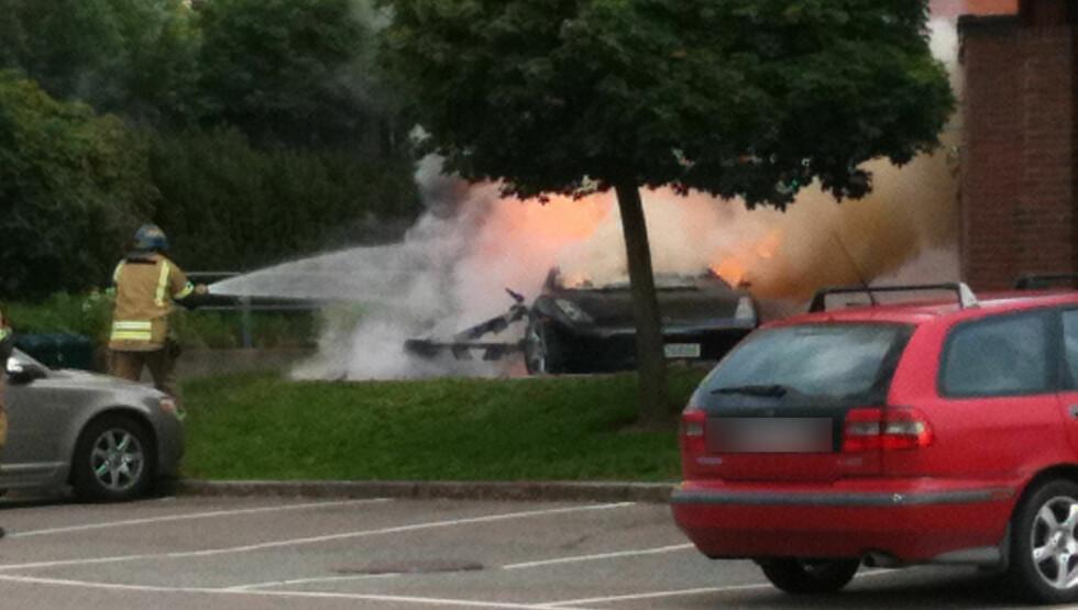 <strong>OLJESØL:</strong> - Vitnebeskrivelser tilsier at det har vært oljelekkasje i bilen. sier etterforskningsleder i branngruppen, Terje Bechmann Dahl. Foto: Seher.no-tipser