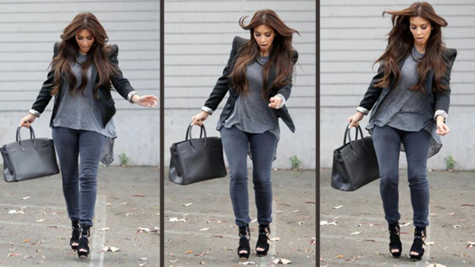 UÆÆH: Vanligvis så elegante Kim Kardashian er her like ved å gjøre en «høyhælte sko-faux pas» - vise at skyhøye hæler faktisk ikke er så lekende lett å spankulere rundt i. Nesten-uhellet fant sted i Los Angeles tidligere denne uken. Foto: All Over Press