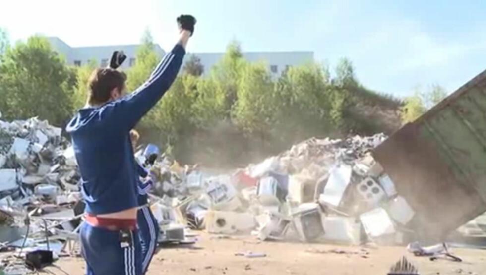 <strong>ORGASMISK:</strong> Her jubler Kristopher Schau idet en container full av hvitevarer tømmes på bakken foran ham. Foto: Fra videoen